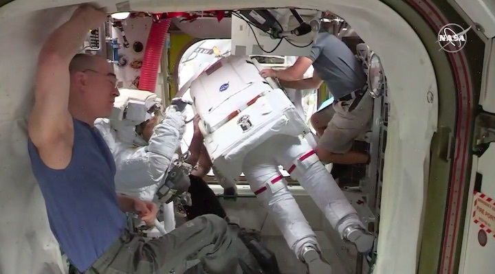 2020-06-iss-spacewalk65-ak