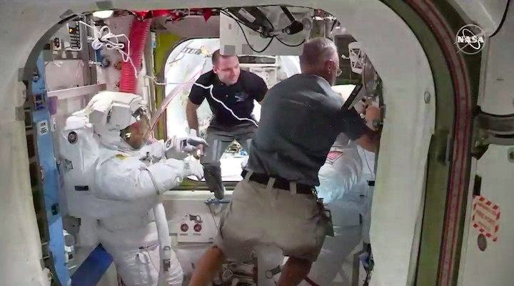 2020-06-iss-spacewalk65-ao