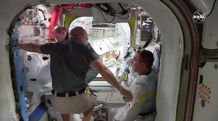 2020-06-iss-spacewalk65-at