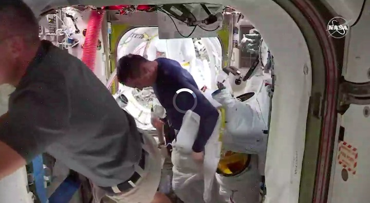 2020-06-iss-spacewalk65-au